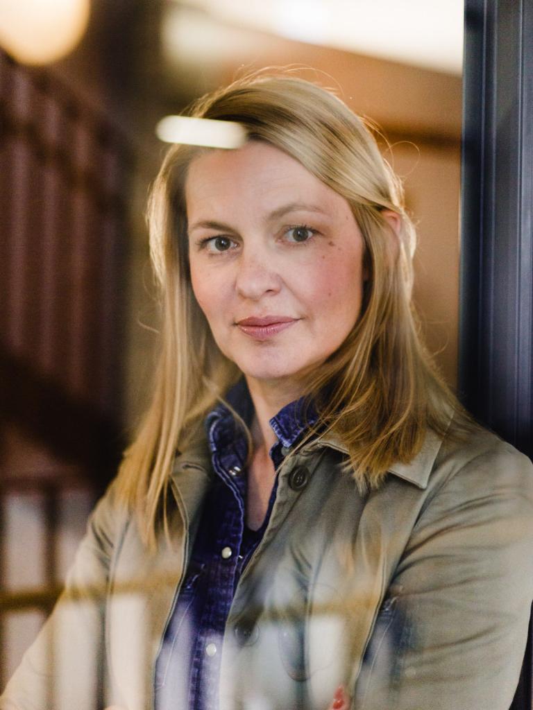 Anne Nina Simoens, Schriftstellerin
