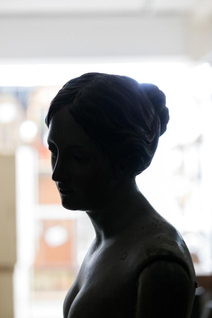 Frauenbüste im Depot des Diözesanmuseums Freising